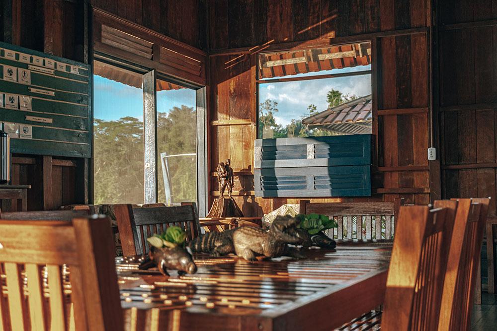 área comum do uakari lodge - um dos primeiros hotéis sustentáveis da amazônia