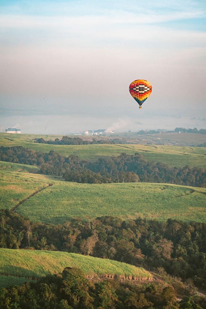 balão sobrevoando as redondezas da cidade de boituva