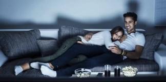 assistindo netflix casal