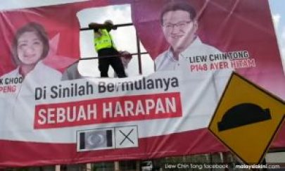 gambar Tun Mahathir dikoyak