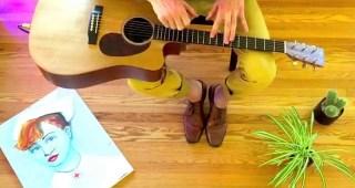 膝の上で弾くちょっと変わったギターの奏法の不思議に音色がとっても心地良い