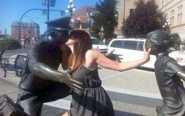 people-having-fun-with-statues-11