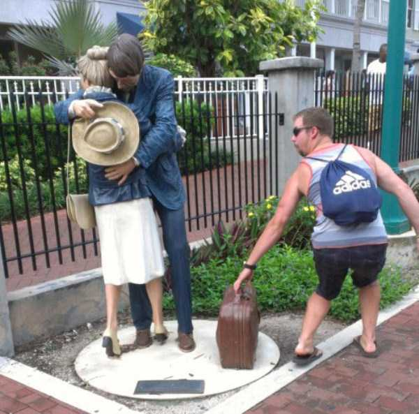 people-having-fun-with-statues-3