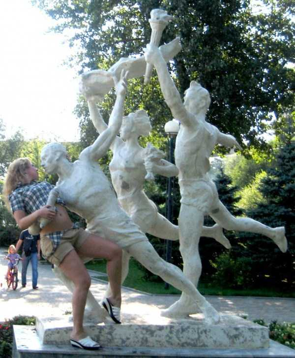 people-having-fun-with-statues-37