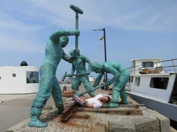 people-having-fun-with-statues-43