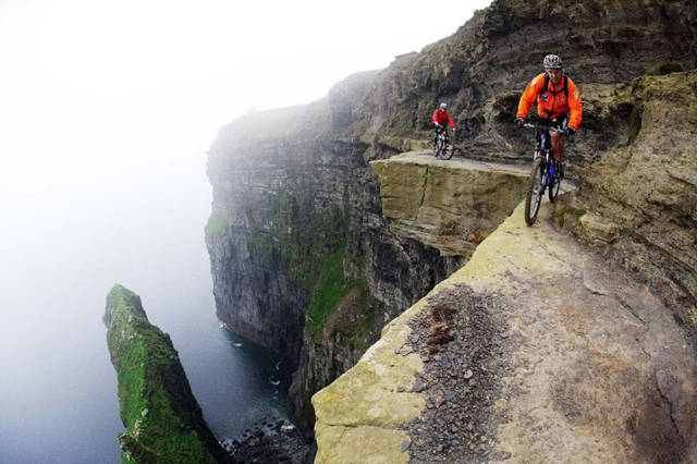 these_adventure_seekers_are_really_living_on_the_edge_640_07