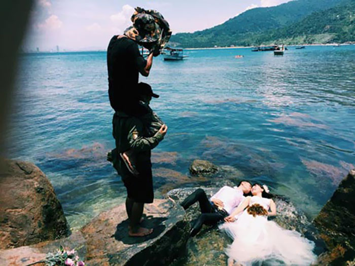 funny-crazy-wedding-photographers-behind-the-scenes-44-5774e3160b450__700