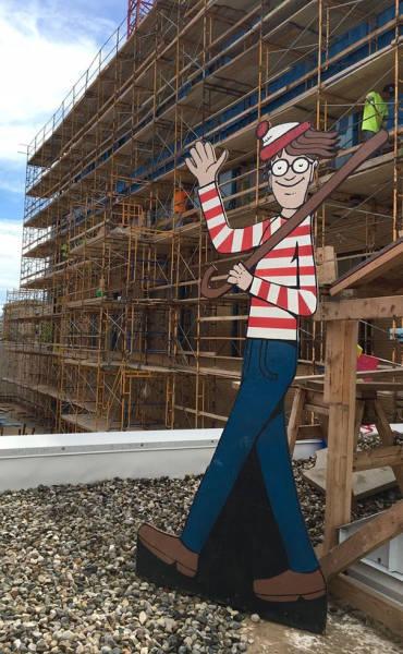 病室から見える建設現場にウォーリーの看板を作り毎日移動させた優しい作業員_05