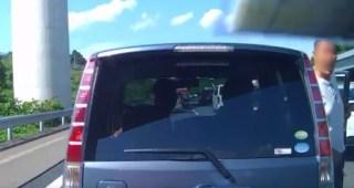 渋滞中の高速道路でガラの悪い男が割り込み クラクションを鳴らすと絡まられた