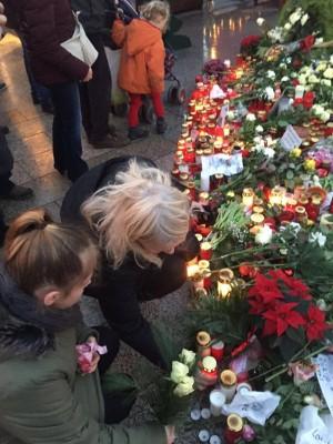 Blumenniederlegung nach dem Berliner Attentat