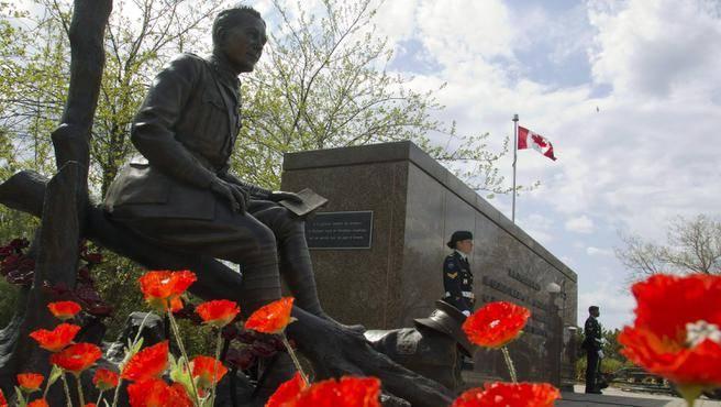 Statua di John McCrea, cun papaveri, compia in maghju di u 2015, Ottawa, Ontario.