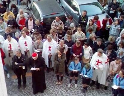 I Templari Cattolici d'Italia patecipano alla Via Crucis per le vie cittadine di Ancona, presiede Sua Emminenza il cardinale Edoardo Menichelli. La Croce è stata ottenuta con del legno proveniente dalle case distrutte dal terremoto.