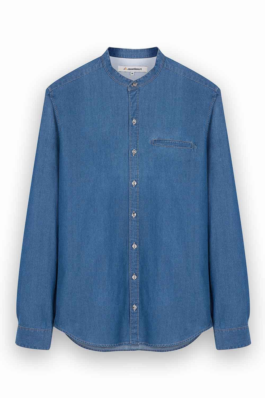 Packshot à plat d'une chemise bleu sur fond blanc