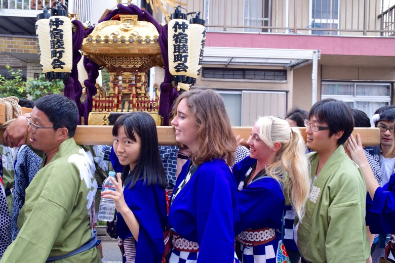 f16406_tokyo_carrying-the-mikoshi_tamlynkurata