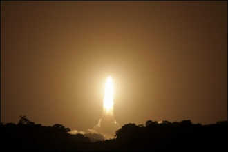 Lancement d'une fusée Ariane 5 avec deux satellites à bord, à Kourou (Guyane) le 11 mars 2007. (AFP)