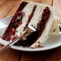 Beda Potongan Pertama Tumpeng dengan Cake Ulang Tahun