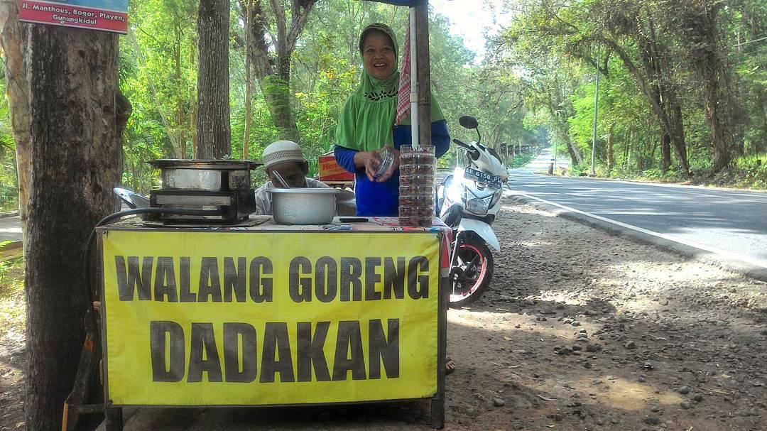 Penjual Belalang Goreng dekat Wanagama Jalan Wonosari