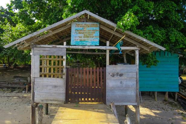 Gerbang masuk Kampung Sawinggrai