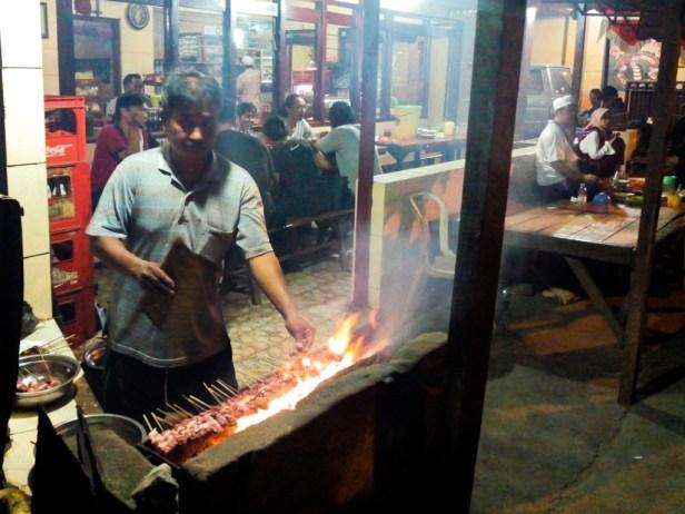 Bapak ini bilang depot sate gule kambing Sopongiro buka 24 jam kecuali pas Lebaran