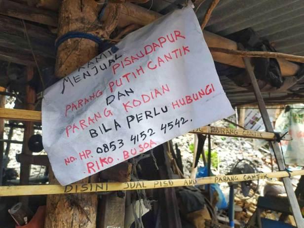 Penjual suvenir senjata tajam dan alat dapur karya Pandai Besi dari Pulau Binongko, Kepulauan Wakatobi.