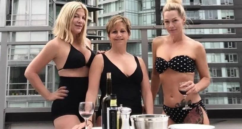 Beverly Hills 90210, pausa, costume, relax, Tori Spelling, showrunner, revival, serie TV, bh90210, franchise, attori, reboot, serie, cast, Fox, Jennie Garth