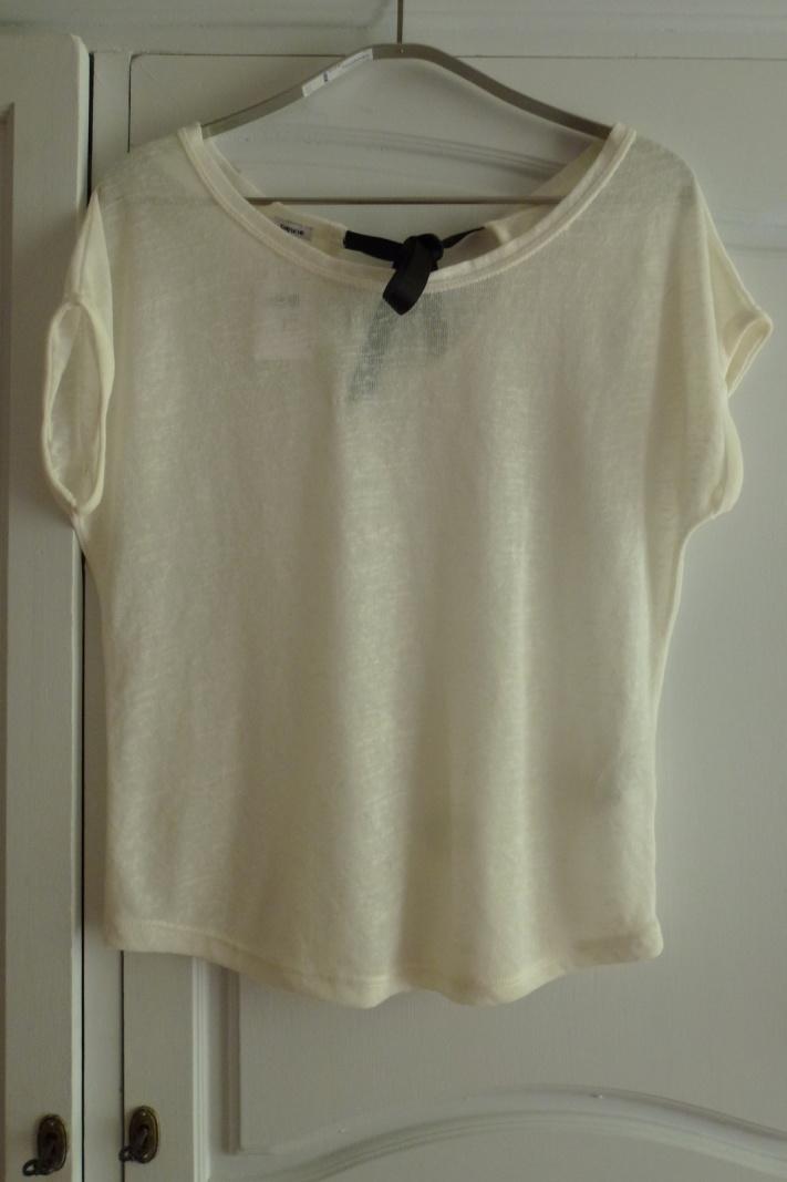 Un t-shirt blanc ample avec noeud derrière : 9.99€