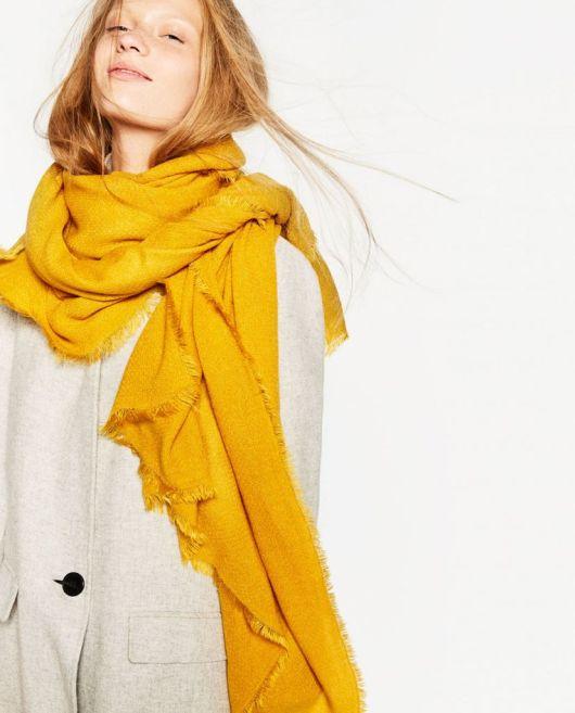 Este pañuelo extralargo de Zara te permite abrigar la garganta en los días fríos que se acercan con el otoño