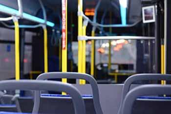 Rozas Village pone un autobus al servicio de los usuarios.