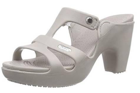 Las sandalias de goma con tacón que arrasan en verano