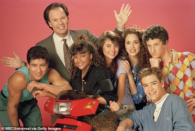 Su exitoso programa: On Saved By The Bell;  (lr) Lopez como Alabert Clifford 'AC' Slater, Dennis Haskins como Mr.Richard Belding, Lark Voorhies como Lisa Turtle, Tiffani Thiessen como Kelly Kapowski, Elizabeth Berkley como Jessie Spano, Mark-Paul Gosselaar como Zachary 'Zach' Morris, Diamond como Screech Powers