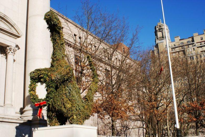 Sculpture d'un dinosaure à l'entrée du Musée d'histoire naturelle de New York.