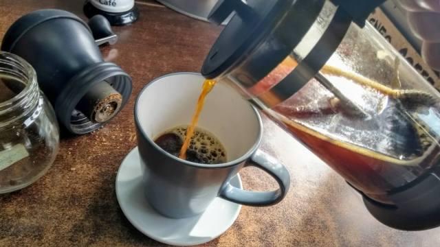 Izlijte svu kavu iz French Pressa odjednom da se ekstrakcija ne bi nastavila i kava postala gorka.