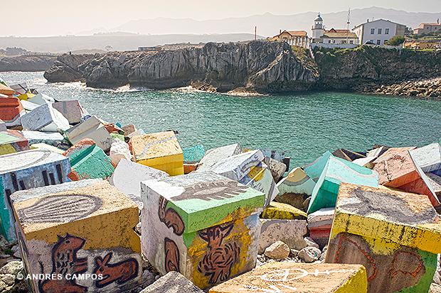'Los cubos de la memoria', obra de Agustín Ibarrola, pintada en los bloques de hormigón del puerto de Llanes.