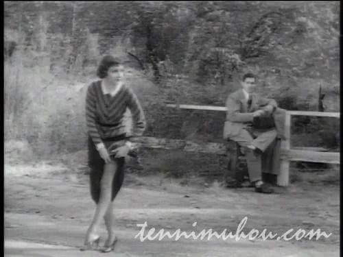 ヒッチハイクをする2人