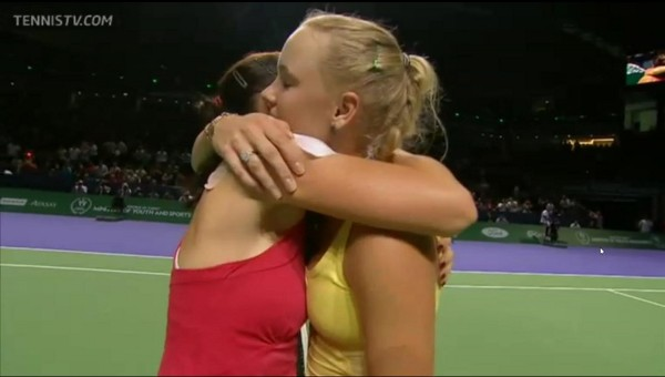 Caroline Wozniacki Aga Radwanska hug WTA championships round 1 embrace hug smoosh shoulder images photos win pictures screencamps Istanbul