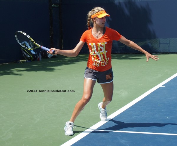 Genie Bouchard full forehand swing wingspan Babolat racquet short shorts pants bare thighs Cincy 2013 photos
