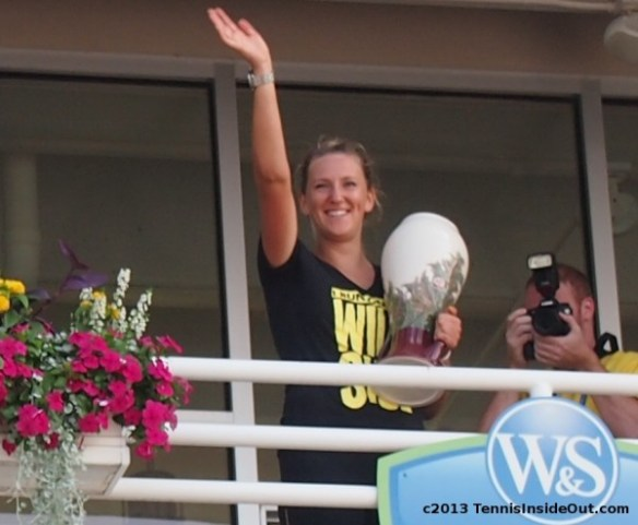 Victoria Azarenka Western and Southern Open Cincinnati trophy vase flowers royal wave smile grin pictures photos 2013 US Open series