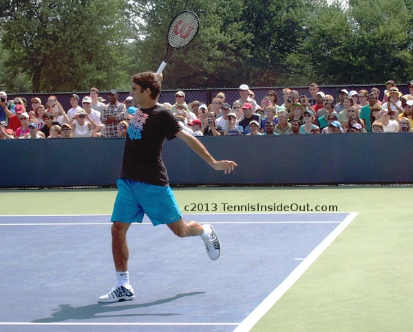 Roger Federer backhand pictures Nike t-shirt pink black turquoise shorts
