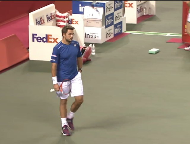 Stan Wawrinka blue and white Yonex kit racquet heading to baseline after changeover Japan Open 2015 pics