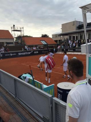 Motti frågar Lindstedt om märket är ute. (Foto: Alex Theodoridis/Tennisportalen)