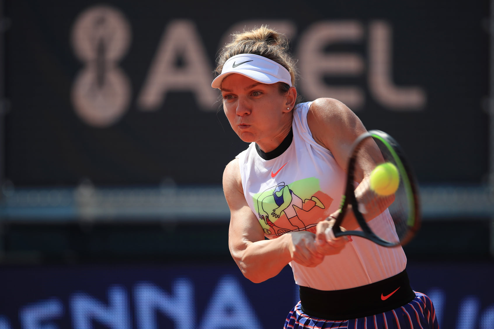 Halep and Bouchard battle through in Prague