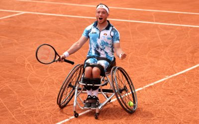 Hewett lifts his third singles title
