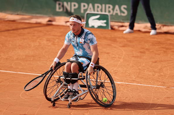 Hewett begins defence of French Open title