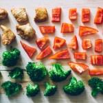 野菜を細かく切ってまな板の上に置いている