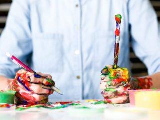 絵の具で汚れている両手