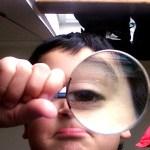 虫眼鏡を持つ少年