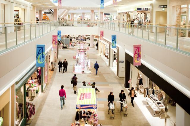 ショッピングセンターで歩く人たち