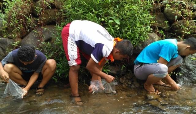 Foto: Pelepasan bibit ikan di aliran sungai Curug Pletuk (dokumen pribadi)