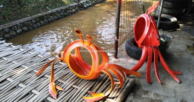 Foto: Patung kepiting dan ayam jago dari limbah ban bekas mobil (Rumah Kreatif Indonesia)