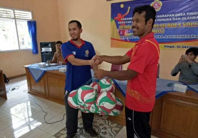 Peyerahan bola voly untuk Sekolah Bola Voli Asmot Karang Taruna Tunas Harapan Desa Pingit